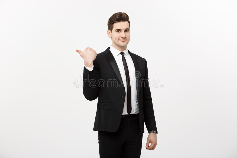 Όμορφο νέο δάχτυλο σημείου χαμόγελου επιχειρησιακών ατόμων ευτυχές στο κενό διάστημα αντιγράφων, παρουσίαση επιχειρηματιών που δε στοκ φωτογραφίες