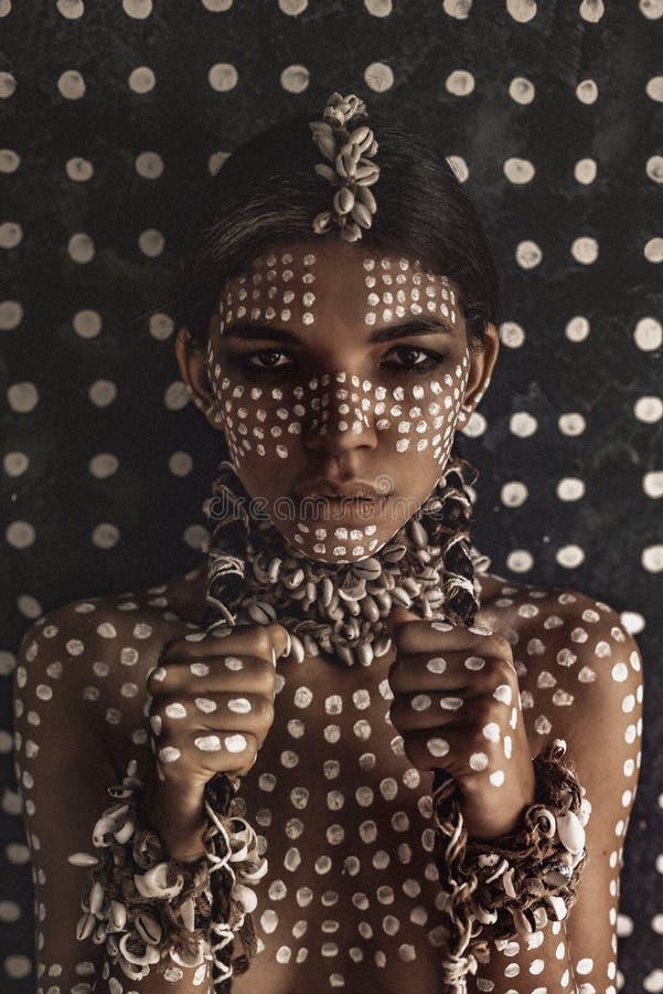 Όμορφο νέο ελκυστικό μοντέρνο πρότυπο πορτρέτο με την παραδοσιακή διακόσμηση στο δέρμα και το πρόσωπο στοκ φωτογραφίες