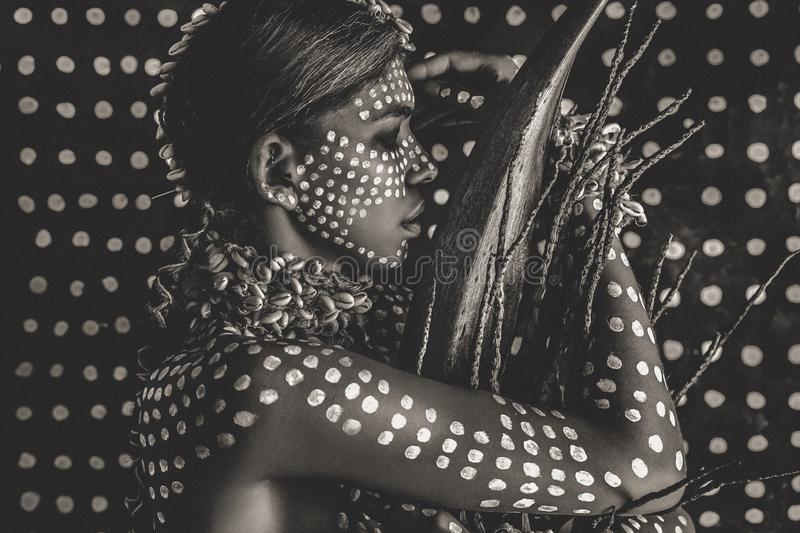 Όμορφο νέο ελκυστικό μοντέρνο πρότυπο πορτρέτο με την παραδοσιακή διακόσμηση στο δέρμα και το πρόσωπο στοκ φωτογραφία με δικαίωμα ελεύθερης χρήσης