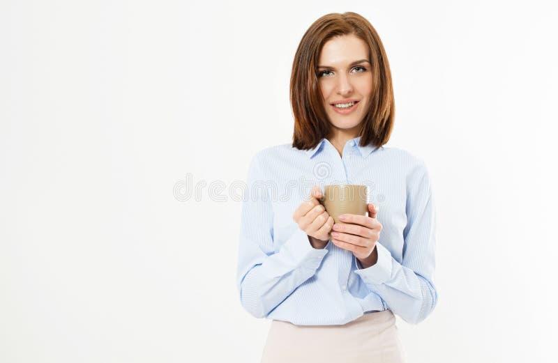 Όμορφο νέο επιχειρησιακό κορίτσι που κρατά μια κούπα με ένα ζεστό ποτό - όμορφο σύγχρονο brunette γυναικών στοκ φωτογραφίες