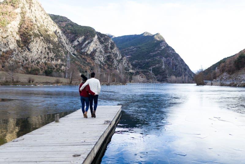 Όμορφο νέο ζεύγος ερωτευμένο πέρα από το χειμερινό υπόβαθρο στοκ φωτογραφίες με δικαίωμα ελεύθερης χρήσης