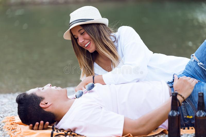 Όμορφο νέο ζεύγος ερωτευμένο στο βουνό στοκ φωτογραφία με δικαίωμα ελεύθερης χρήσης