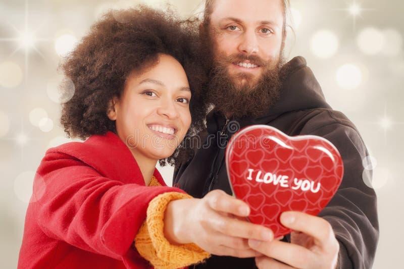 Όμορφο νέο ζεύγος που κρατά το κιβώτιο δώρων της στοκ φωτογραφία με δικαίωμα ελεύθερης χρήσης