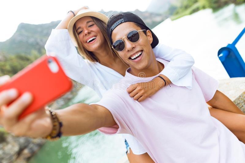 Όμορφο νέο ζεύγος που παίρνει ένα selfie στο βουνό στοκ φωτογραφία με δικαίωμα ελεύθερης χρήσης