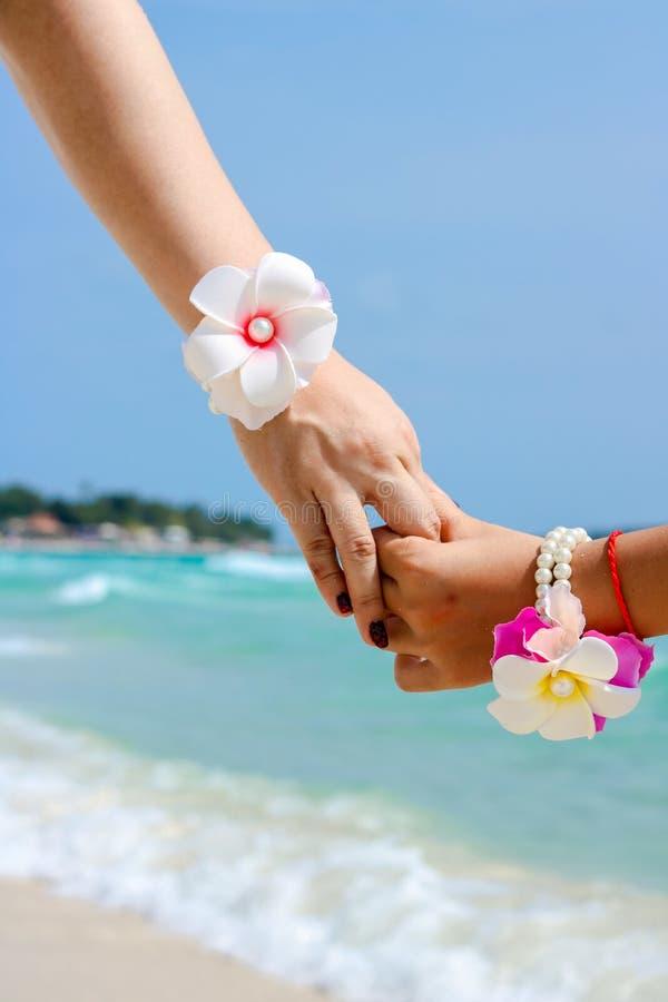 Όμορφο νέο ζεύγος χέρι-χέρι στοκ εικόνες