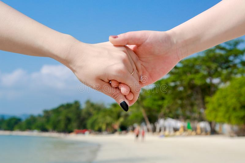 Όμορφο νέο ζεύγος χέρι-χέρι στοκ φωτογραφία