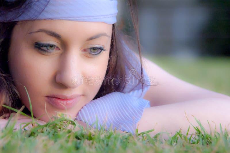 Όμορφο νέο καυκάσιο κορίτσι στο πάρκο στοκ εικόνα