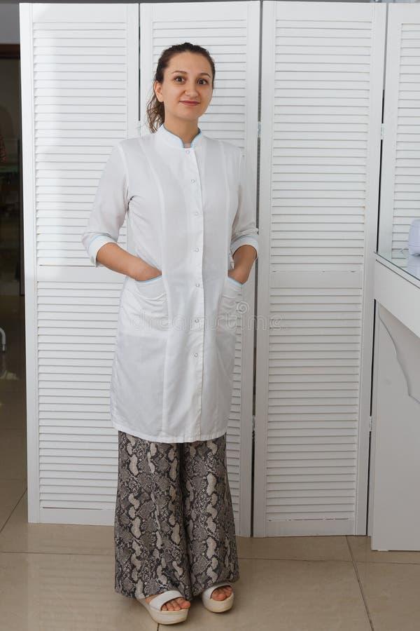 Όμορφο νέο καυκάσιο cosmetologist γιατρών γυναικών στοκ φωτογραφία με δικαίωμα ελεύθερης χρήσης