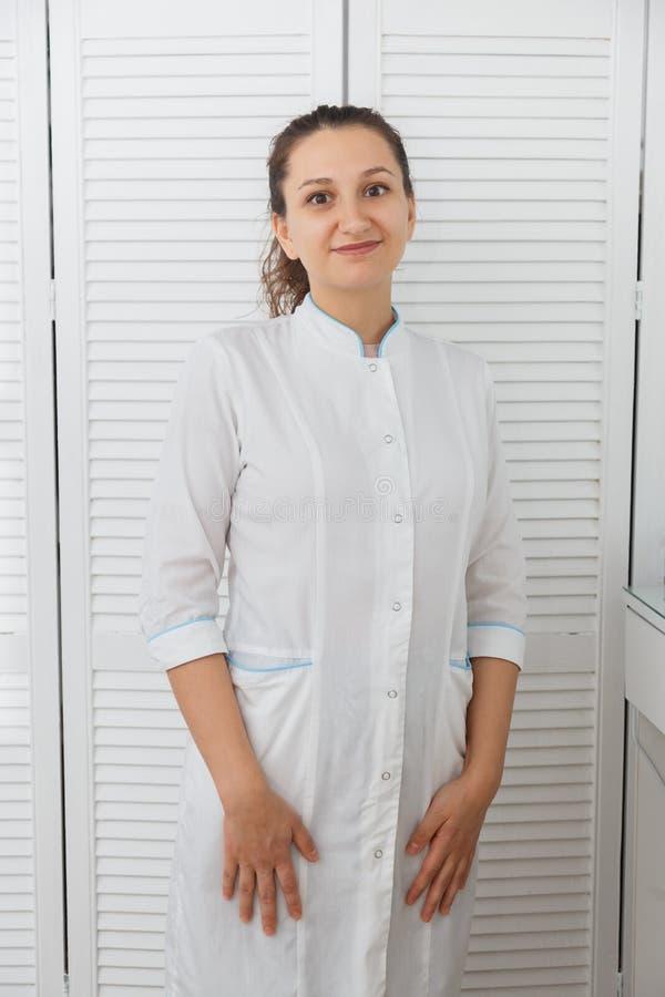 Όμορφο νέο καυκάσιο cosmetologist γιατρών γυναικών στοκ φωτογραφίες