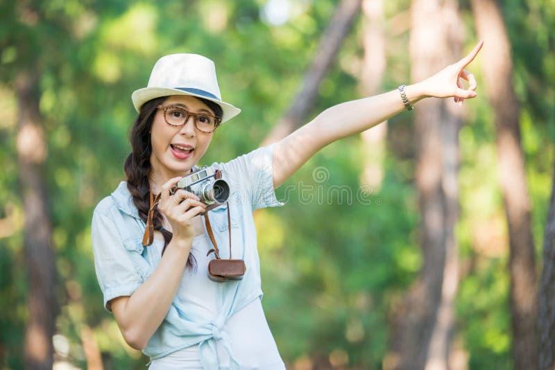 Όμορφο νέο κορίτσι εύθυμο με την αναδρομική κάμερα που φωτογραφίζει, Π στοκ φωτογραφία