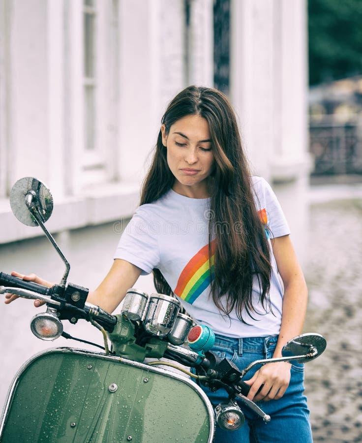 Όμορφο νέο κορίτσι κοντά στο μηχανικό δίκυκλο στοκ φωτογραφίες με δικαίωμα ελεύθερης χρήσης