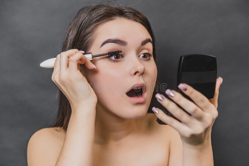 Όμορφο νέο κορίτσι μαύρο στενό σε έναν επάνω υποβάθρου Η χρήση των σφαγίων για τα eyelashes, η ομορφιά του προσώπου, στοκ φωτογραφία με δικαίωμα ελεύθερης χρήσης