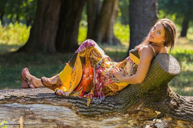 Όμορφο νέο κορίτσι μεταξύ του πάρκου στοκ φωτογραφία με δικαίωμα ελεύθερης χρήσης
