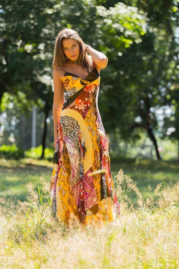 Όμορφο νέο κορίτσι μεταξύ του πάρκου στοκ εικόνα με δικαίωμα ελεύθερης χρήσης