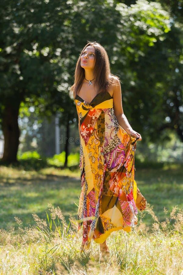 Όμορφο νέο κορίτσι μεταξύ του πάρκου στοκ εικόνες με δικαίωμα ελεύθερης χρήσης