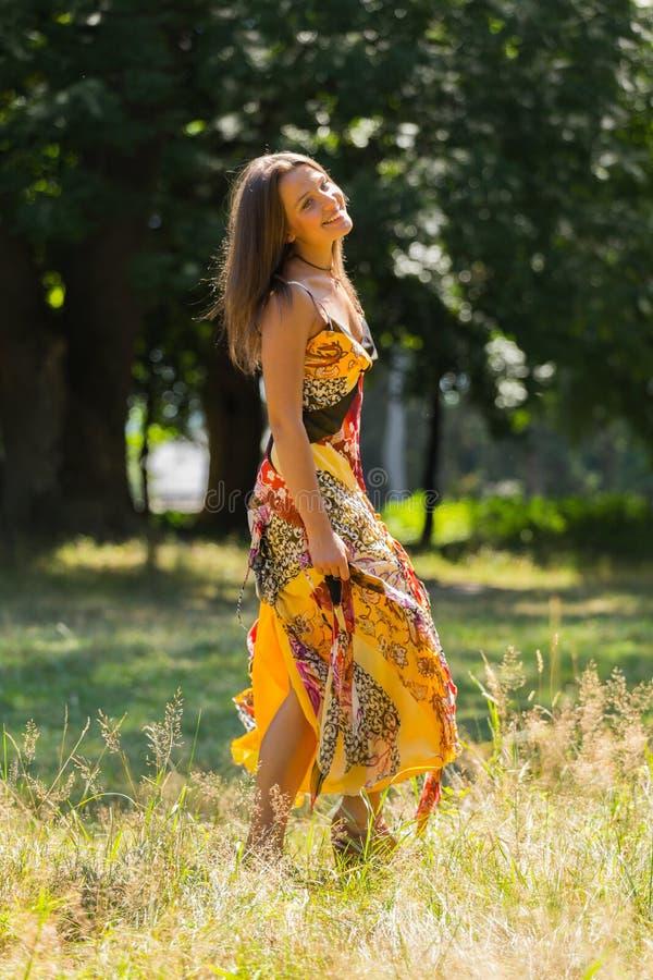 Όμορφο νέο κορίτσι μεταξύ του πάρκου στοκ φωτογραφίες