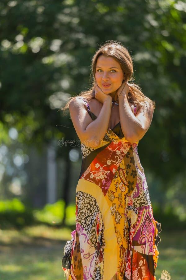 Όμορφο νέο κορίτσι μεταξύ του πάρκου στοκ εικόνες