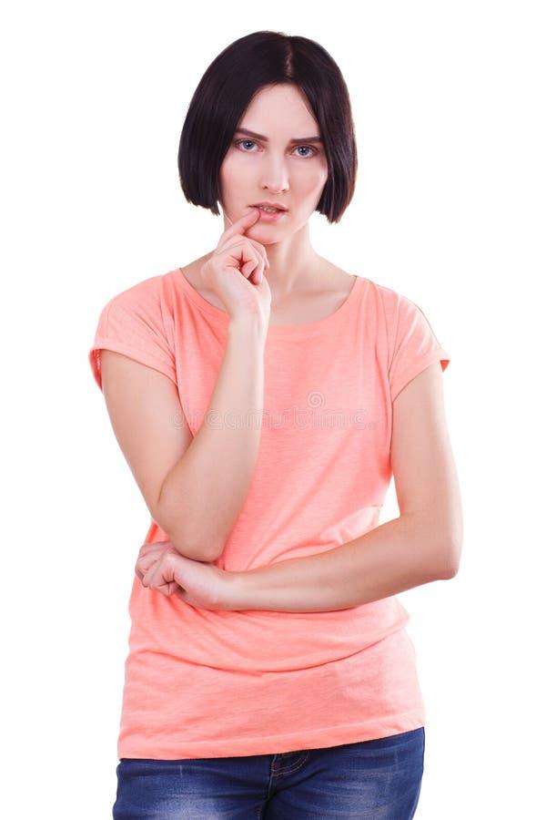 Όμορφο νέο κορίτσι με την κοντή μαύρη τρίχα που απομονώνεται σε ένα άσπρο υπόβαθρο στοκ φωτογραφία