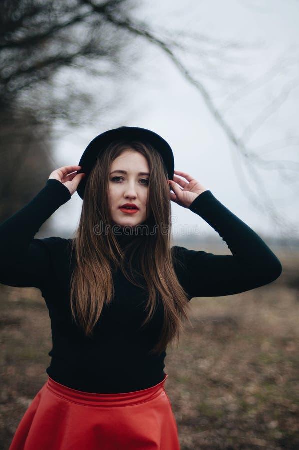 Όμορφο νέο κορίτσι με τη μακριά ευθεία τρίχα, ελαφριά σύνθεση στο α στοκ φωτογραφίες