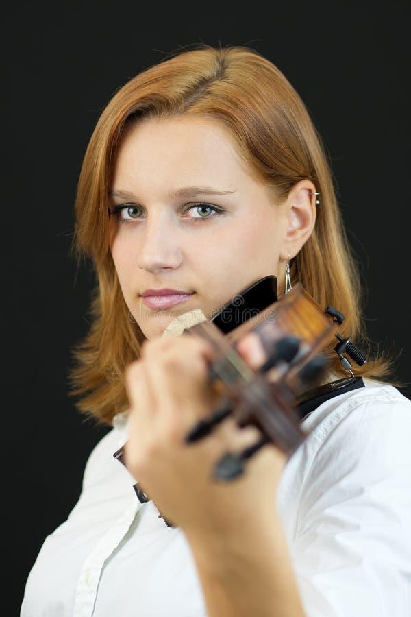 Όμορφο νέο κορίτσι με το βιολί στοκ φωτογραφία