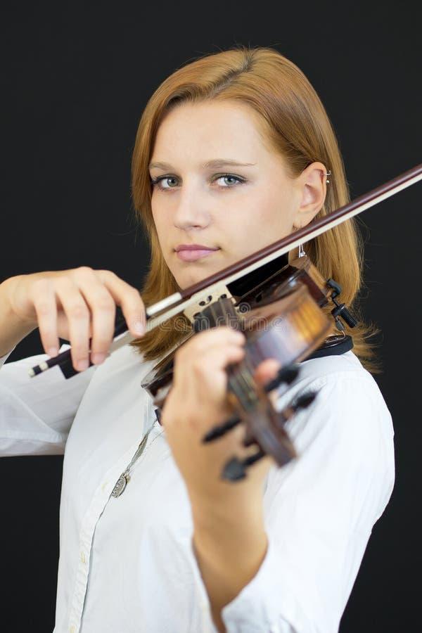 Όμορφο νέο κορίτσι με το βιολί στοκ εικόνα με δικαίωμα ελεύθερης χρήσης