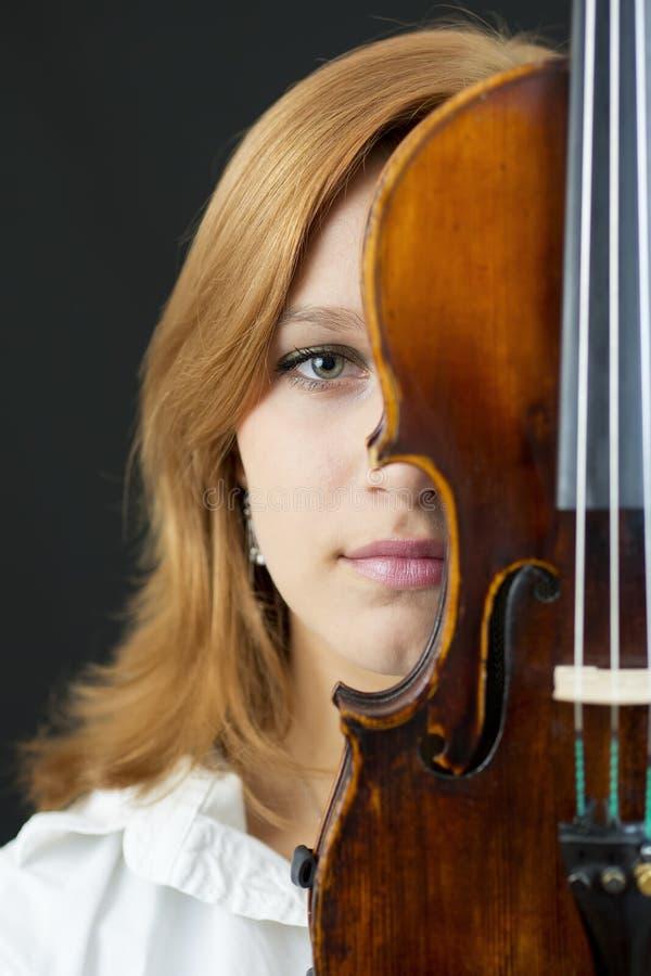 Όμορφο νέο κορίτσι με το βιολί στοκ εικόνες