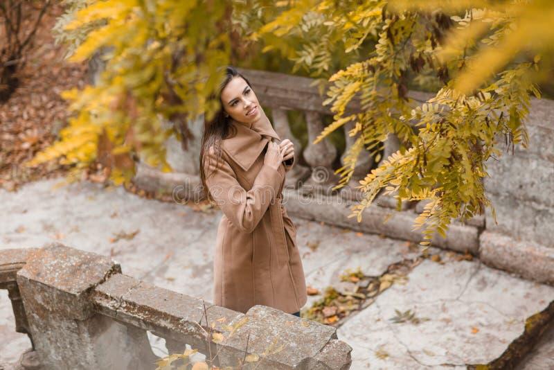 Όμορφο νέο κορίτσι με το μακρυμάλλες περπάτημα στο πάρκο στοκ εικόνες