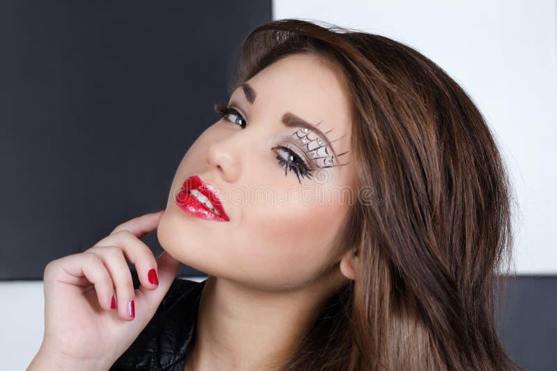 Όμορφο νέο κορίτσι με το φωτεινό makeup στοκ φωτογραφία με δικαίωμα ελεύθερης χρήσης