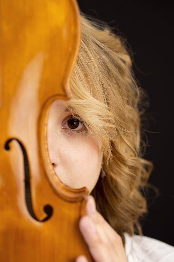 Όμορφο νέο κορίτσι με το viola στοκ εικόνες