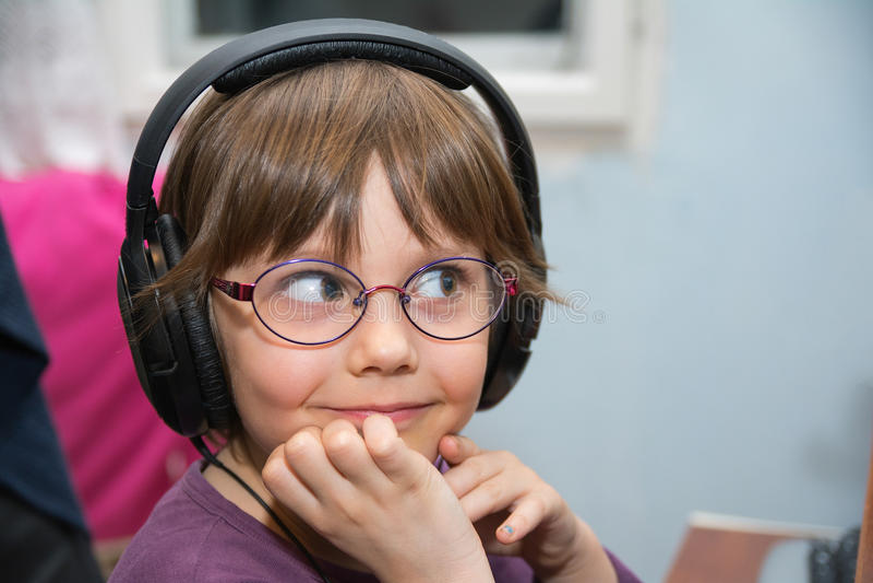 Όμορφο νέο κορίτσι που ακούει τη μουσική με την κάσκα στοκ φωτογραφίες με δικαίωμα ελεύθερης χρήσης