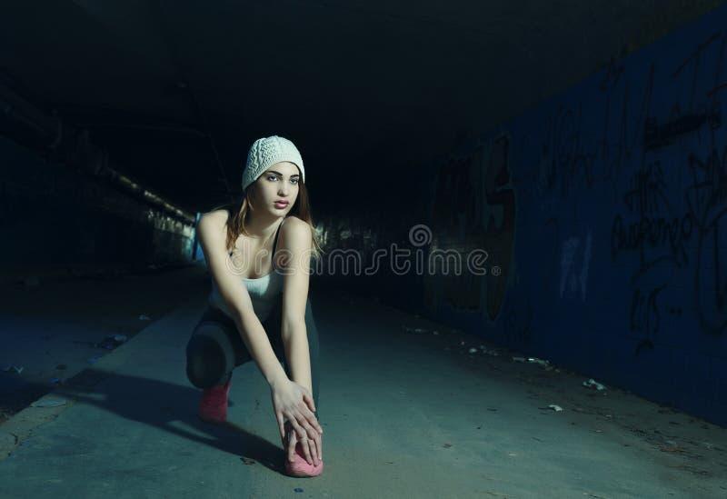 Όμορφο νέο κορίτσι που κάνει τις ασκήσεις στοκ φωτογραφία
