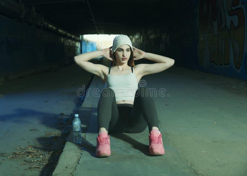 Όμορφο νέο κορίτσι που κάνει τις ασκήσεις στοκ φωτογραφίες με δικαίωμα ελεύθερης χρήσης