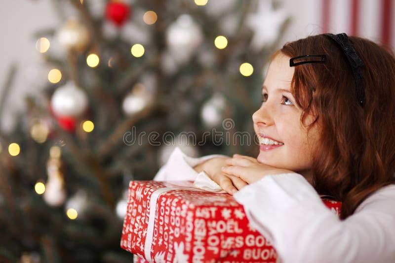 Όμορφο νέο κορίτσι που ονειρεύεται τα Χριστούγεννα στοκ εικόνες
