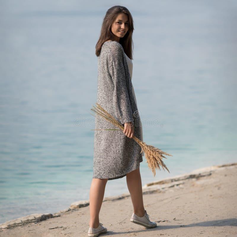 Όμορφο νέο κορίτσι που υπερασπίζεται τη λίμνη στοκ εικόνες