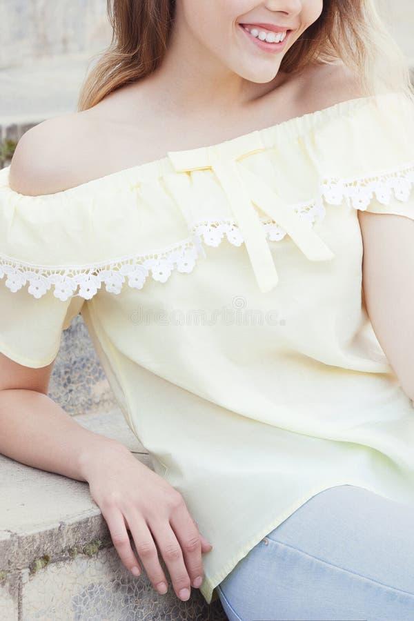 Όμορφο νέο κορίτσι που χαμογελά στα σκαλοπάτια στοκ φωτογραφία με δικαίωμα ελεύθερης χρήσης