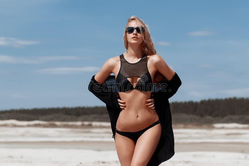 Όμορφο νέο κορίτσι σε ένα προκλητικό μπικίνι στην παραλία στοκ φωτογραφίες με δικαίωμα ελεύθερης χρήσης