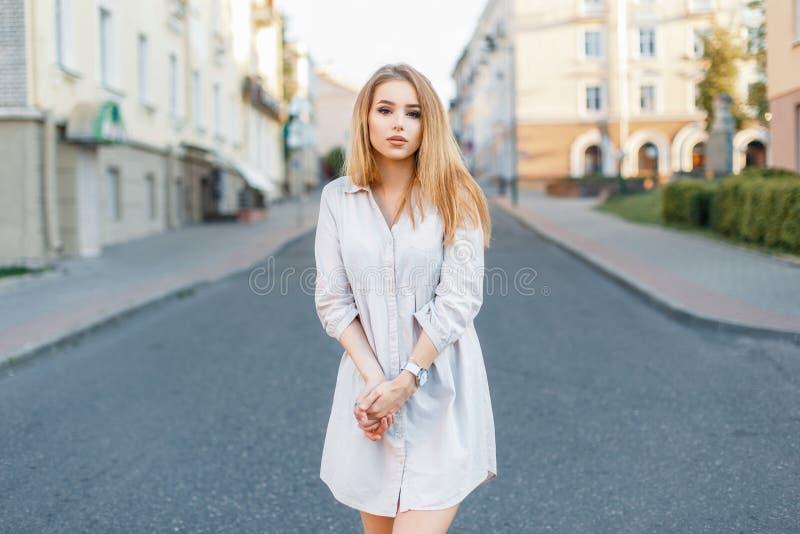 Όμορφο νέο κορίτσι στα μοντέρνα ενδύματα που στέκονται στο δρόμο στοκ φωτογραφία με δικαίωμα ελεύθερης χρήσης