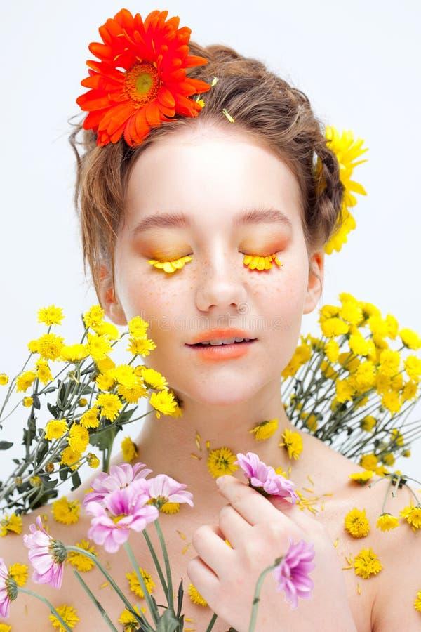 Όμορφο νέο κορίτσι στην εικόνα της χλωρίδας, πορτρέτο κινηματογραφήσεων σε πρώτο πλάνο στοκ εικόνες με δικαίωμα ελεύθερης χρήσης