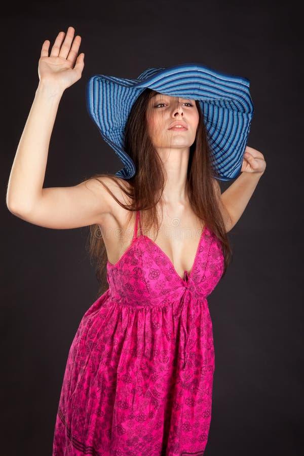 Όμορφο νέο κορίτσι στην κόκκινη τοποθέτηση φορεμάτων στο στούντιο στοκ εικόνα με δικαίωμα ελεύθερης χρήσης