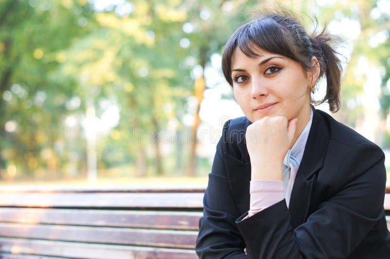 Όμορφο νέο κορίτσι στον περίπατο στο πάρκο στοκ εικόνες