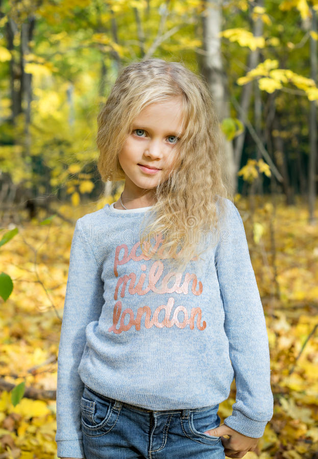 Όμορφο νέο κορίτσι στο δασικό πάρκο φθινοπώρου στοκ φωτογραφία με δικαίωμα ελεύθερης χρήσης