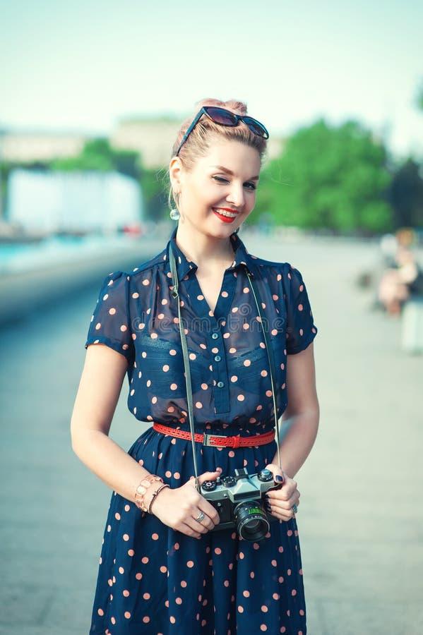Όμορφο νέο κορίτσι στο ύφος δεκαετίας του '50 με το κλείσιμο του ματιού στηριγμάτων στοκ φωτογραφία με δικαίωμα ελεύθερης χρήσης