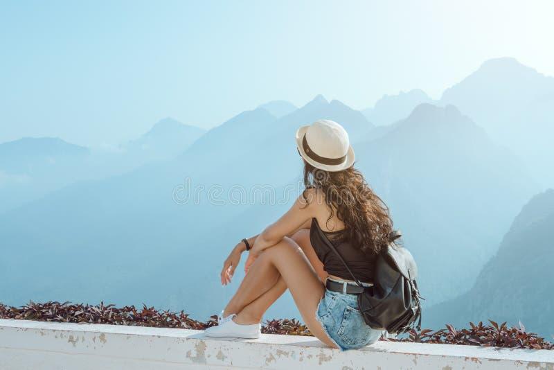 Όμορφο νέο κορίτσι τουριστών με το σακίδιο πλάτης στα βουνά στοκ φωτογραφίες