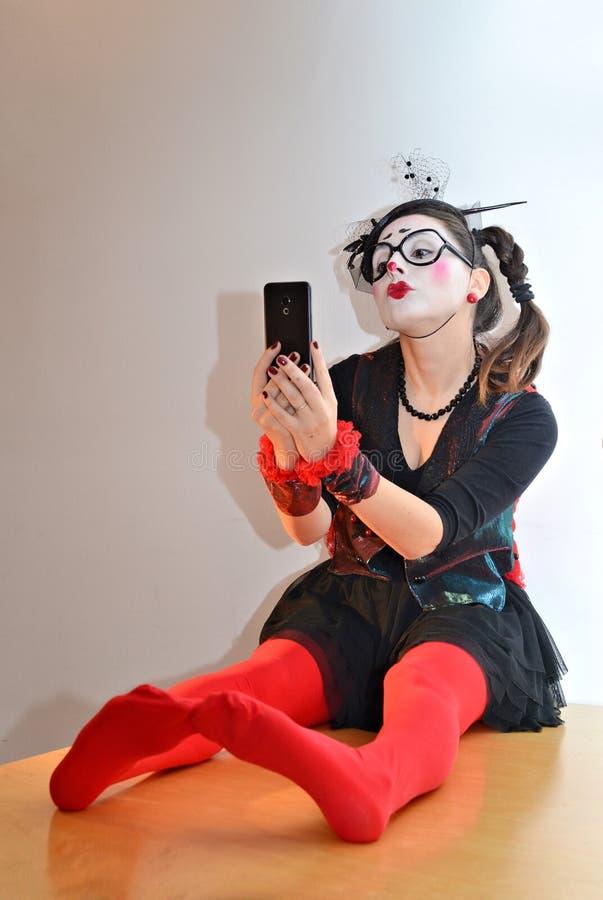Όμορφο νέο κορίτσι mime, κάνοντας selfie στοκ εικόνα με δικαίωμα ελεύθερης χρήσης
