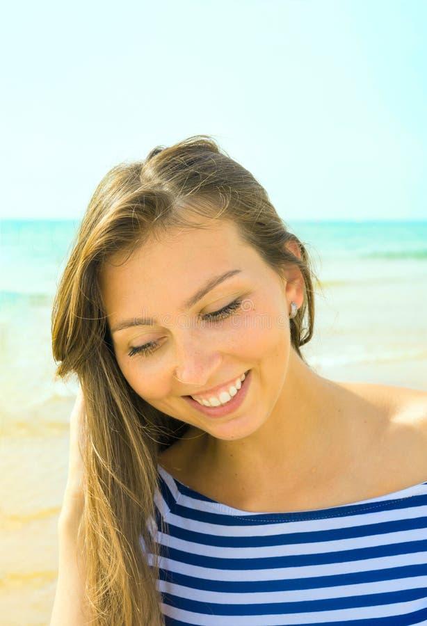 Όμορφο νέο κορίτσι Suntan γυναικών στην παραλία με το ωκεάνιο χαμόγελο Ειλικρινείς πυροβοληθείσες αυθεντικές γνήσιες συγκινήσεις  στοκ εικόνες