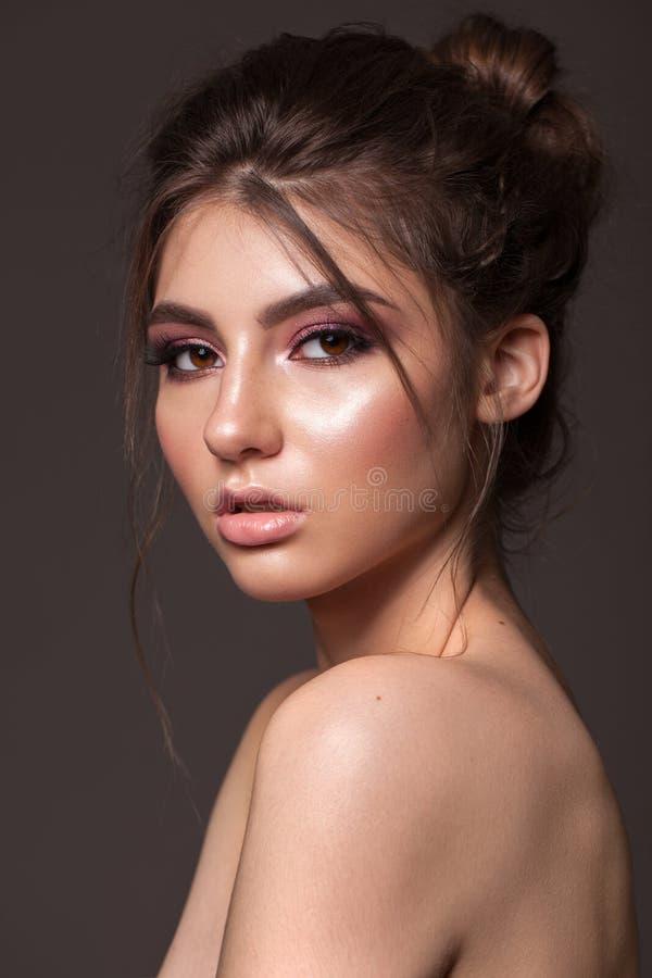 Όμορφο νέο μοντέλο με μακιγιάζ μόδας, τέλειο δέρμα, υγιή φυσικά μαλλιά και γυμνά χείλη στοκ εικόνα