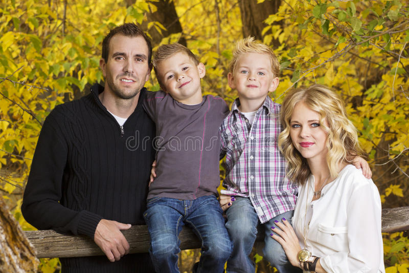 Όμορφο νέο οικογενειακό πορτρέτο με τα χρώματα πτώσης στοκ εικόνες με δικαίωμα ελεύθερης χρήσης
