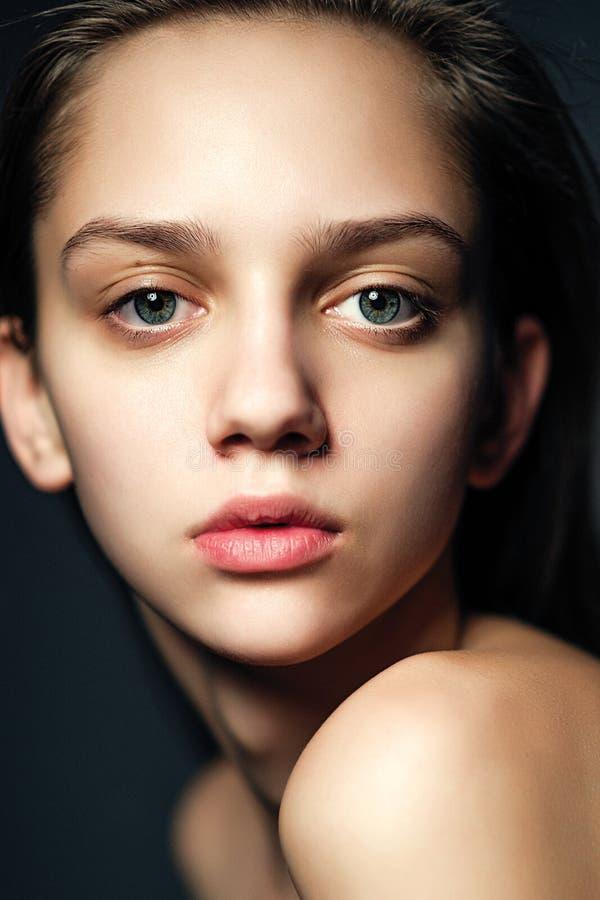 Όμορφο νέο πορτρέτο γυναικών που κοιτάζει στη κάμερα στοκ εικόνες