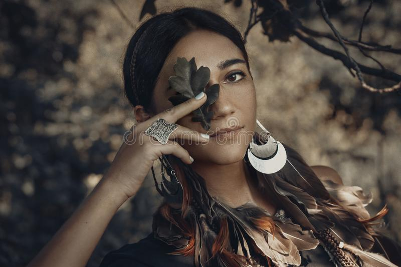 Όμορφο νέο πορτρέτο γυναικών ύφους boho υπαίθρια στοκ φωτογραφίες