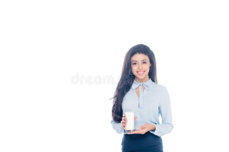 όμορφο νέο ποτήρι εκμετάλλευσης γυναικών αφροαμερικάνων του γάλακτος και του χαμόγελου στη κάμερα που απομονώνεται στοκ φωτογραφίες
